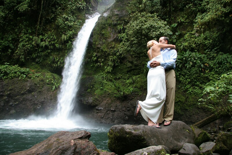 waterfall-wedding-couple-la-paz-waterfall