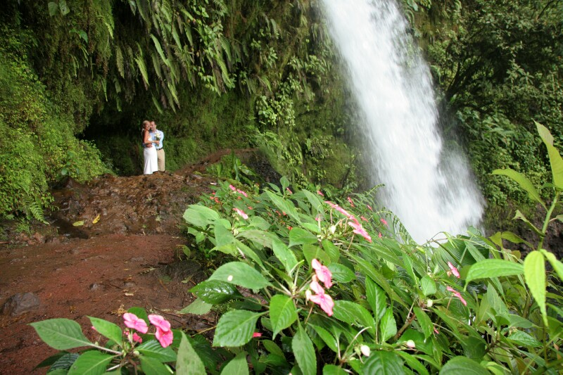 wedding-couple-la-paz-waterfall