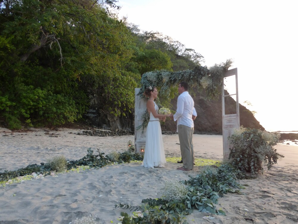 four-seasons-wedding-on-beach-costa-rica